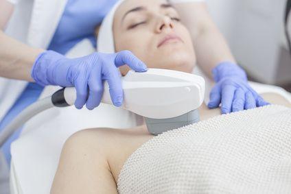 Was kostet die IPL-Haarentfernung zuhause, im Studio und beim Dermatologen?